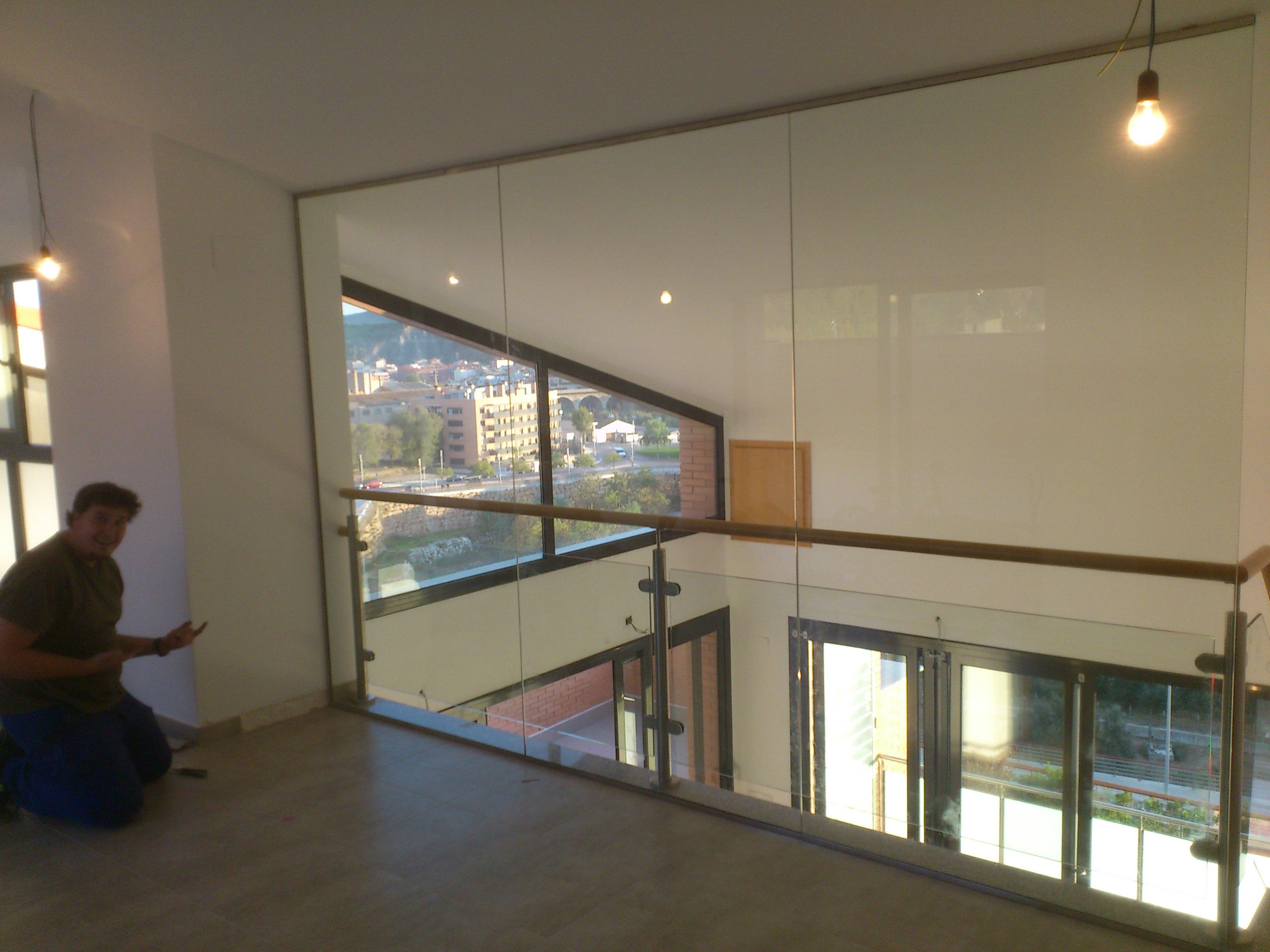 separación en altura con vidrio de seguridad