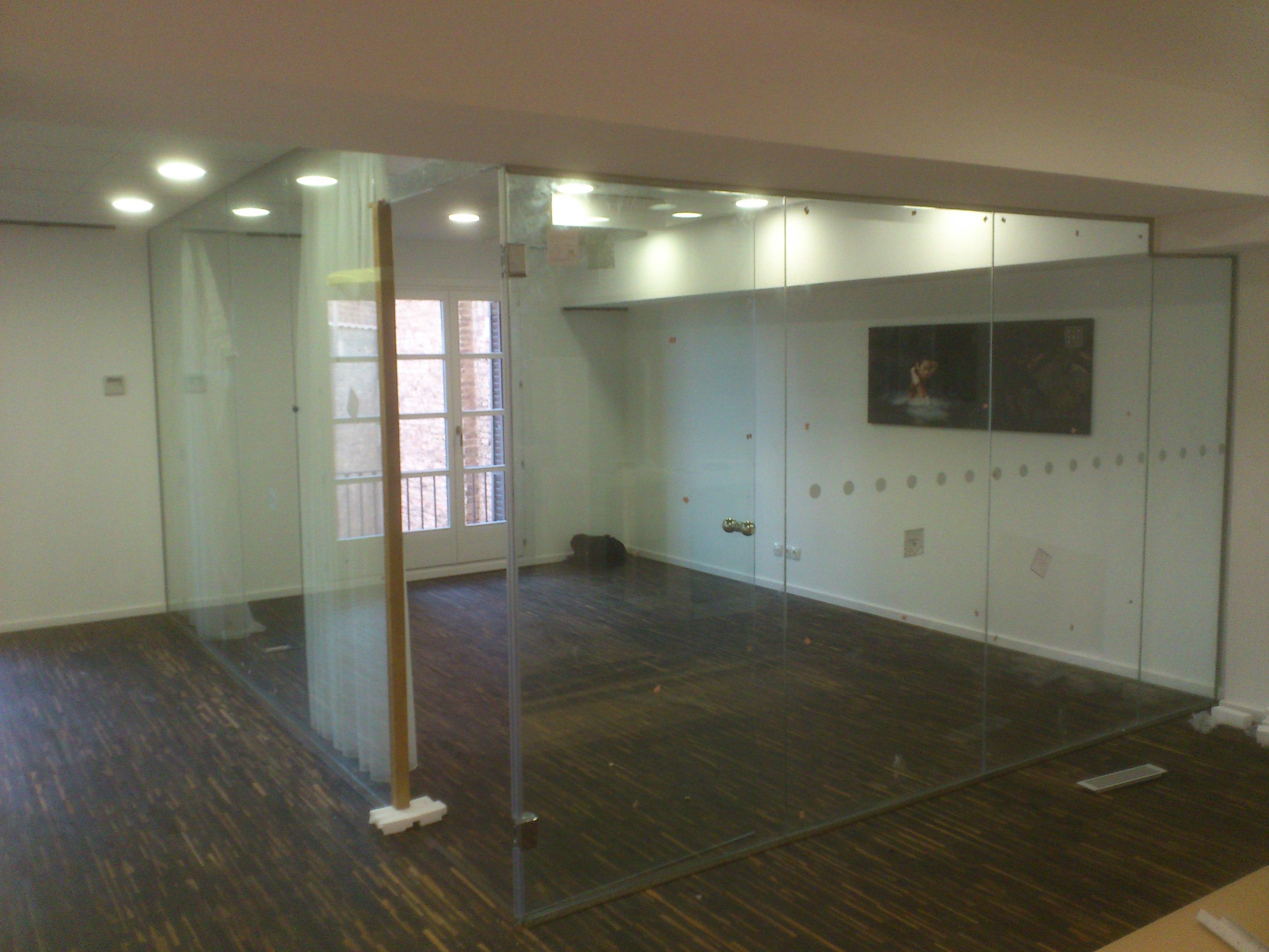 separaciones y divisiones de vidrio con puertas abatibles y fijas